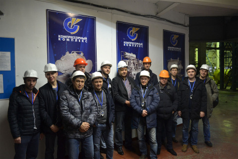 """Visit of a group of students from Gazpromneft Khantos, Gazpromneft Yamal, Gazpromneft Orenburg, Gazpromneft Vostok and Messoyakhaneftegaz in the framework of the training course of the center """"Compressor, vacuum, compressor equipment and pneumatic systems"""" to NAO """"Compressor complex"""". On the photo, a group of students with the Director of the center S. V. Kartashov and the commercial Director of the Compressor complex company V. V. Denisenko."""
