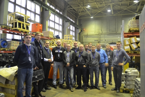 """The Director of the center Sergey Kartashev with a group of students from Gazpromneft Khantos, Gazpromneft Yamal, Gazpromneft Orenburg, Gazpromneft Vostok and Messoyakhaneftegaz in the framework of the training course of the center """"Compressor, vacuum, compressor equipment and pneumatic systems"""" at the Arsenal machine building plant."""