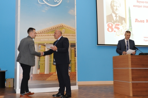 """Presentation of the the first degree diploma to the project Manager of the scientific and engineering center A. M. Yablokov at the scientific and technical conference of young specialists NGO """"Iskra"""", dedicated to the 85th birth of Lev Nikolayevich Lavrov anniversary"""