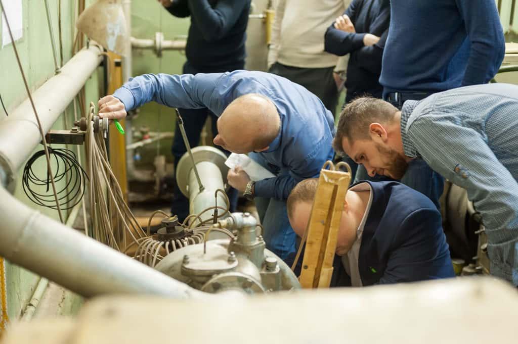 """Группа слушателей от ПАО """"Газпром нефть"""" за проведением лабораторной работы в рамках курса повышения квалификации"""